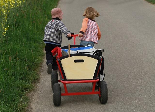 Kinder ziehen Bollerwagen